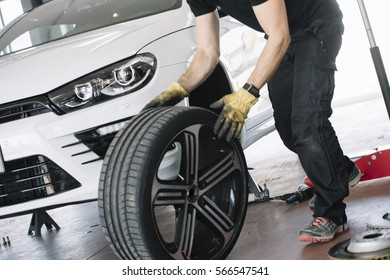 mechanical in its workshop which replaces tires