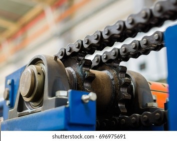 The mechanism of the chain transmission. Bearing, drive shaft, gear and chain lubrication.