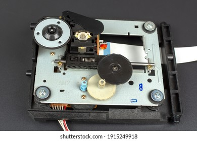 Mechanism of the electric drive of the DVD drive reading head with gears