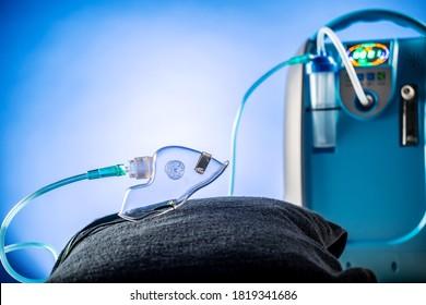 Medizinisches Gerät Individuelle blaue, tragbare Sauerstoffflasche, um Gas für Patienten mit Atemwegserkrankungen, setzen Oxygen Mask Kopienraum