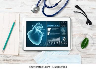 Medizinische Diagnostik im Krankenhaus. Tablet-Computer mit medizinischer App-Schnittstelle auf dem Bildschirm. Ärztin mit Stethoskop und Kardiogramm auf Holzschreibtisch. Digitale Technologie in der Klinik für Kardiologie.