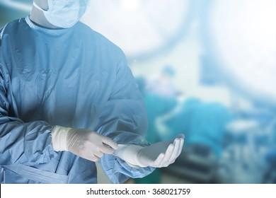 Equipo médico que prepara equipo para cirugía en la sala de operaciones