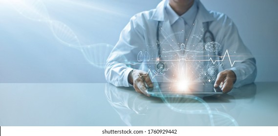 Arzt mit elektronischer Krankenakte auf Tablette. DNA. Digitale Gesundheitsversorgung und Vernetzung über Hologramm-Schnittstellen, Wissenschaft und Innovation, Medizintechnik und Netzkonzept