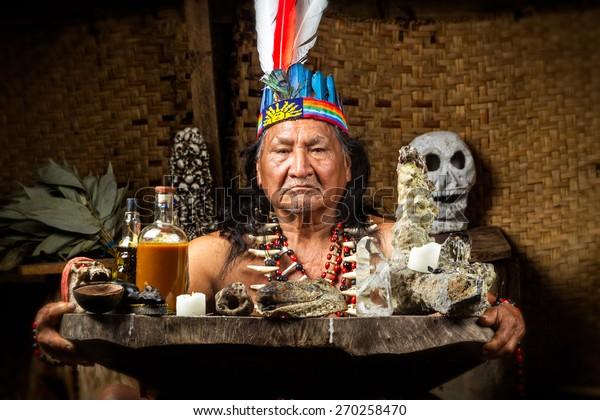 Shaman En Amazonie Équatorienne Lors D'Une Réelle Manifestation De La Cérémonie De L'Ayahuasca A Publié Des Images Comme En Avril 2015
