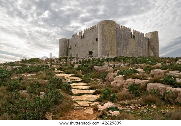 Castillo medieval de Torroella de Montgri en la cima de una montaña en Girona, Costa Brava