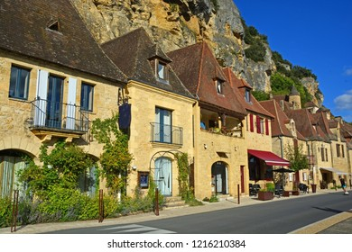 Medieval houses at Roque-Gageac below the cliff, one of France's most beautiful villages, on the Dordogne River
