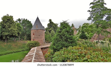 Medieval old tower and walls in the nature. (Castle 'Kasteel Huis Bergh' in 's-Heerenberg in the Netherlands)