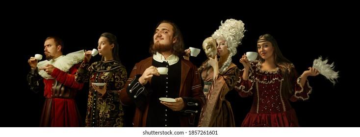 Mittelalterliche Leute als Lizenznehmer in Vintage-Kleidung trinken Kaffee, Tee auf dunklem Hintergrund. Konzept des Vergleichs von Epochen, Moderne und Renaissance, Barockstil. Kreative Collage.
