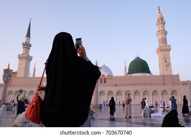 MEDINA, SAUDI ARABIA - 1 DISEMBER 2016 : Muslim pilgrimages taking photograph of Green Dome at Prophet Muhammad Mosque or Masjid Nabawi.