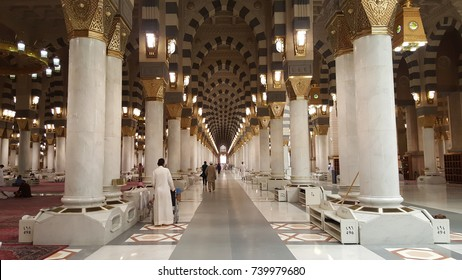 MEDINA, SAUDI ARABIA - SEPTEMBER 20, 2017 : Interior Design Of Al-Masjid An-Nabawi (Prophet's Mosque) Is A Mosque Established And Originally Built By The Prophet Muhammad PBUH