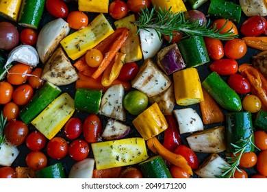 Légumes méditerranéens de toutes les couleurs découpés et dispersés sur une assiette vue d'en haut