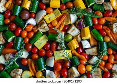Légumes méditerranéens de toutes les couleurs découpés et dispersés sur une assiette