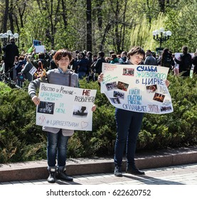 """Meeting of animal advocates. Under the slogan """"Circus without animals"""", """"in the circus torturing animals - do not bring children there"""", Shevchenko Park, Kiev, Ukraine, April 15, 2017."""