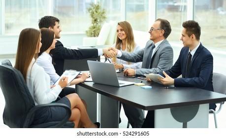 reunión de socios comerciales en una oficina moderna