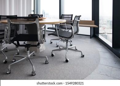 自然のライトチェアとテーブルで照らされた会議室のプロのボードルーム