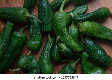 Mehrere feuchte grüne Chili Früchte gemischt auf hölzernem Hintergrund