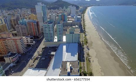 Meia Praia Itapema Brasil, praia do sul do Brasil, local de grande concentracao de turistas, uma bela praia do Atlantico, na america do sul, cidade com muitos prédios