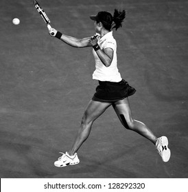 MELBOURNE - JANUARY 26:  Li Na of China in her loss to Victoria Azarenka (R) of Belarus in the 2013 Australian Open Final on January26, 2013 in Melbourne, Australia.