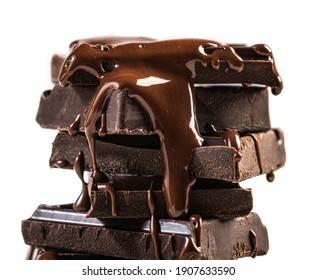 chocolat fondu déversant dans un morceau de barres chocolatées
