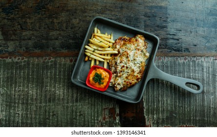 Melting chicken or Melting chees chicken or Melting Chicken pizza serv on pan or Chizza