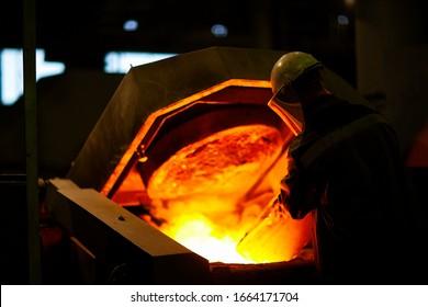 Mélange de métal dans un four insalubre