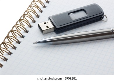 memory flash and pen on a notepad