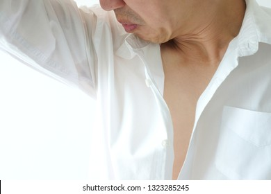 Men wear white sleeves, arms are covered with armpits, Sweat are unclean and unclean. Health care concept
