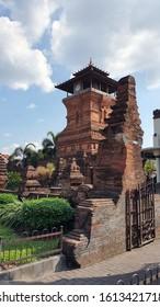 "Menara Kudus Mosque (also known as Al Manar Mosque (""Menara Masjid"", official name: Al Aqsa Mosque Manarat Qudus; Mosque ID: 01.5.14.19.02.000001 [1] Javanese: Hanacaraka: ꦩꦱ꧀ꦗꦶꦢ꧀ ꦩꦼꦤꦫ ꦏꦸꦢꦸꦱ꧀ Pegon an"