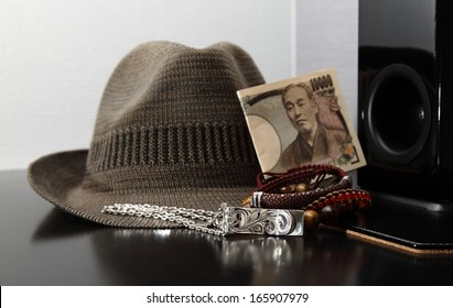 Men's accessories on a bench/What to wear/Men's accessories on a bench with Japanese currency.