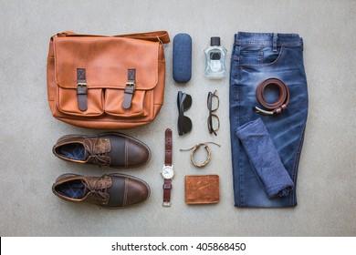 Costumes décontractés pour hommes avec accessoires sur fond grunge gris