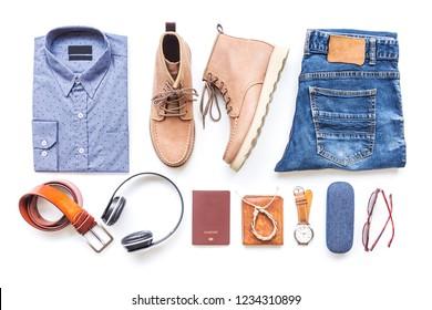 Costumes décontractés pour hommes avec jeans, t-shirt, bottes marron et accessoires de voyage sur fond blanc