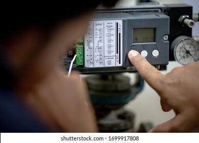 Men's hands are calibrate control valve ps2