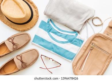 Mode et vêtements d'été pour hommes avec accessoires sur fond blanc