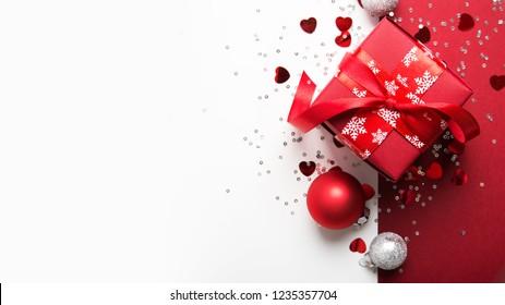 Frohe Weihnachten und Fröhliche Feiertage Grußkarte, Rahmen, Banner. Neujahr. Weihnachtsgeschenke, Geschenke auf weißem Hintergrund Draufsicht. Winterurlaub Weihnachten Thema. Noel. Flat lay.
