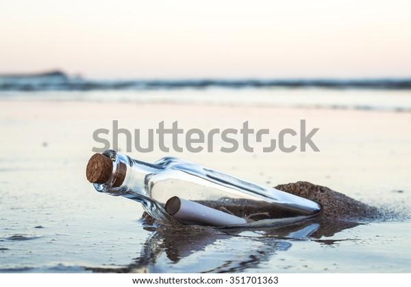 Botschaft in einer Flasche mit Strand