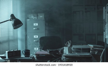 Gesandtes Büro nach der Schließung des Unternehmens: der Schreibtisch ist überfüllt und staubig, das Konzept der Finanzkrise