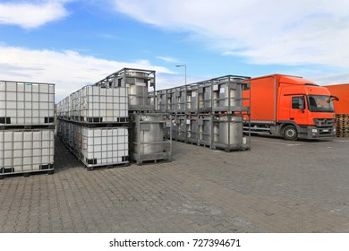 Metal containers for bulk goods transport at pallets