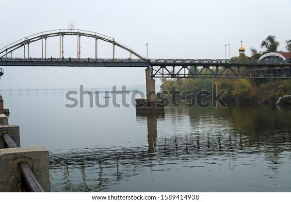 metal-foot-bridge-autumn-fog-600w-158941