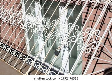 Ein Metallgitter auf einem Fenster in einem Stadthaus.
