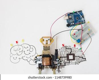 Ein Metallroboter und ein elektronisches Board, das programmiert werden kann. Robotik und Elektronik. Labor in der Schule. Mathematik, Ingenieurwesen, Naturwissenschaften, Technologie, Computercode. STEM-Ausbildung für Kinder.