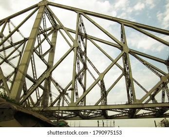 Metallstruktur der Eisenbrücke in Kalkutta, Indien.