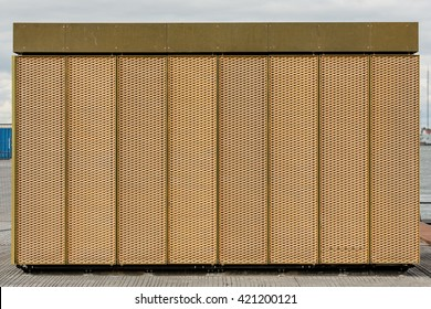 Metal structure with vertical lines
