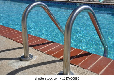 Metal swimming pool ladder