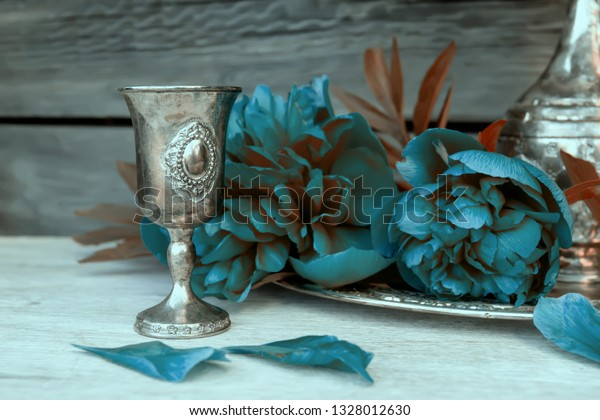 metal-vessel-blue-peonies-decorative-600