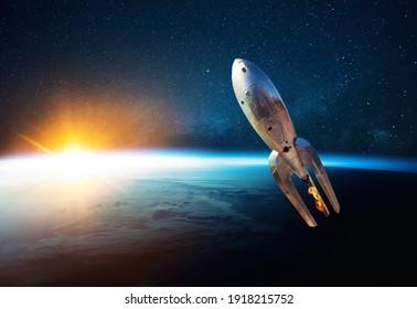 Metal Vintage Rakete mit Feuer startet in offenen Sternenraum nahe der Erde mit Sonnenuntergang. Retro-Raumsonde hebt ab und fliegt auf dem Hintergrund des Sternenhimmels, des Planeten und des Sonnenlichts
