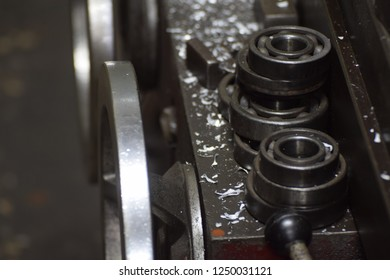 metallic ball bearing groups with wastage of iron on the plate iron of machine.