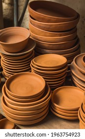 Mexican pottery handicrafts in clay, sculptures, vessels, jugs, vases etc, using traditional methods.