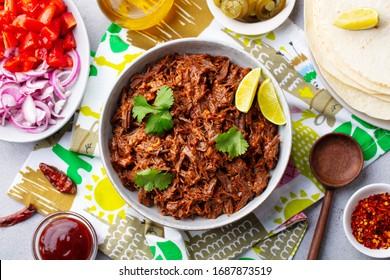 mexikanisches Rindfleisch mit Tortillas, Gemüse und Sauce. Grauer Hintergrund. Draufsicht.