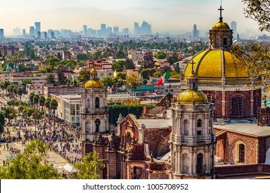 México. Basílica de Nuestra Señora de Guadalupe. Cupolas de la antigua basílica y paisaje urbano de la Ciudad de México en el extremo