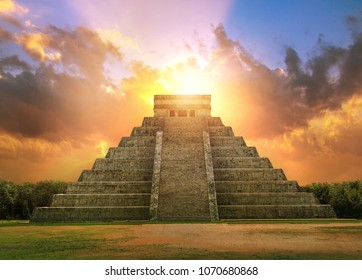 Mexico, Chichen Itzá, Yucatán. Mayan pyramid of Kukulcan El Castillo at sunset